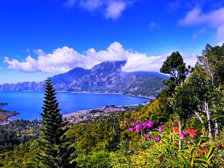 http://www.dnabalitour.com/wp-content/uploads/2012/02/Kintamani-Lake-Batur-View.jpg
