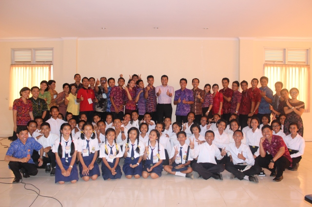 Foto Bersama Kepala Sekolah SMA dan SMK Bali Mandara, Guru-guru, dan Siswa seusai Seminar